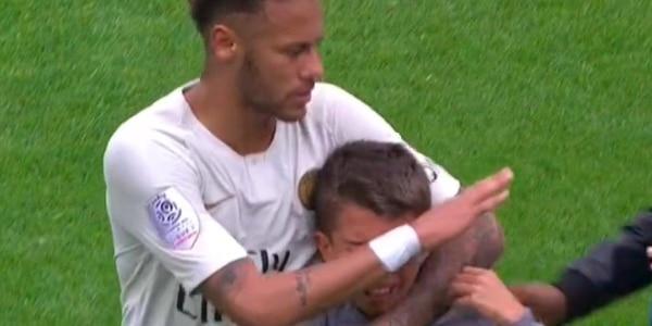 EN IMAGES. Un enfant en pleurs se jette sur Neymar